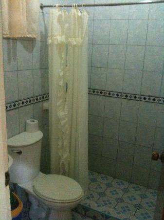 Dave's Straw Hat Inn: Clean Toilet