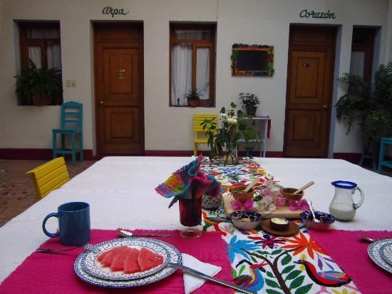 El Diablo y la Sandia Libres : Breakfast Table - starts with fruit then hot breakfast