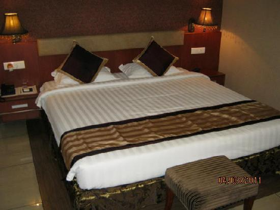 Hotel Gateway Grandeur : Bed size is adequate for a person of 6 feet