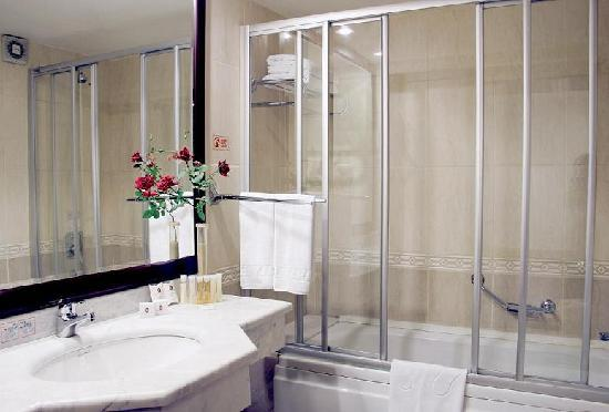 Karaca Hotel: Bathroom