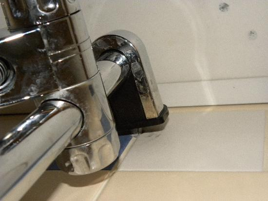Adagio Paris Porte de Versailles : The shower bracket