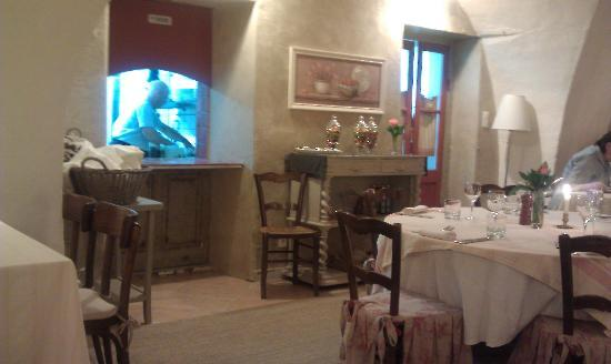 Merindol, France: Dining area and kitchen