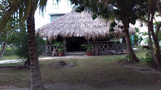 Whipray Caye Lodge: Bar/restaurant/fly tying center
