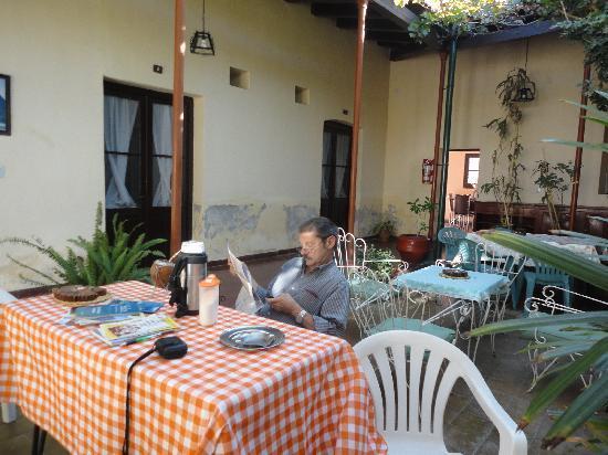 El Portal de las Vinas : En el acogedor patio.