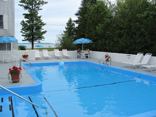 North Shore Inn: Enjoy a splash in our outdoor heated pool