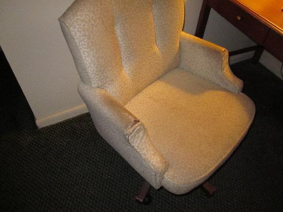 Days Inn College Park Airport Best Road: torn/dirty chair