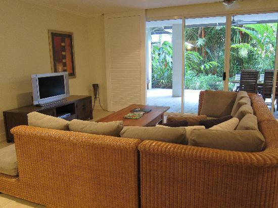 Mandalay & Shalimar Luxury Beachfront Apartments: Living room