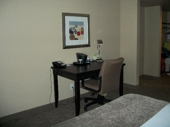 Wingate by Wyndham St. George : Desk, chair and lamp