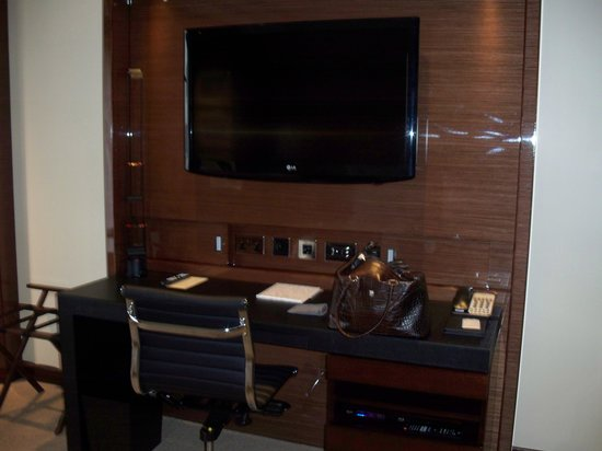 Four Seasons Hotel London at Park Lane: great tv and desk area