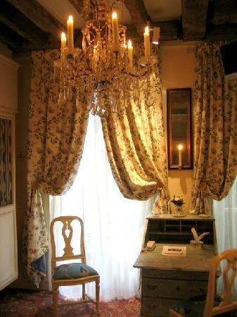 Hotel Caron de Beaumarchais: Notre chambre pendant notre séjour (Chambre 20)
