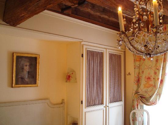 Hotel Caron de Beaumarchais : A view of my room 40