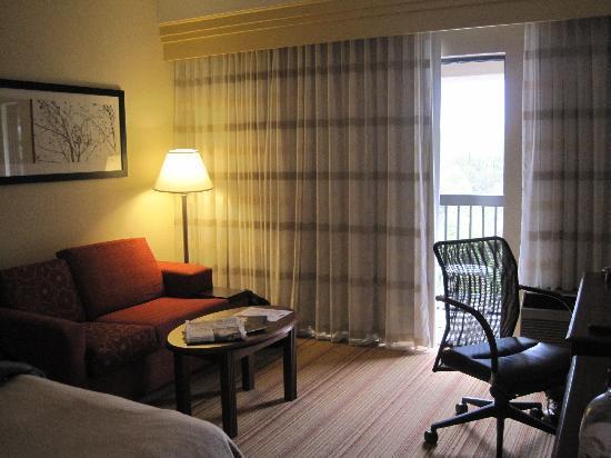 Courtyard Altoona : Nice Sofa and Balcony