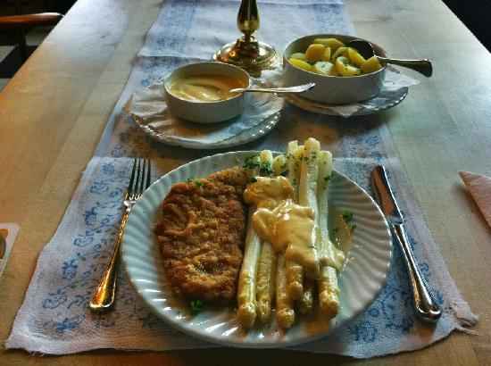 Hotel Zur Post: Asparagus, Schnitzel, Potatoes and Sauce Hollandaise