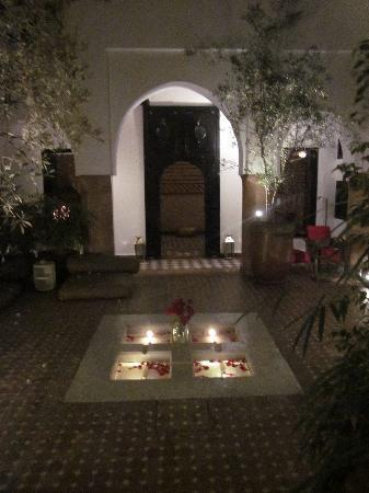Riad Magellan Yoga: Courtyard at night