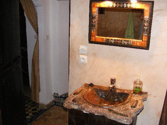 Riad Felloussia: Nice bathroom in Morroccan style