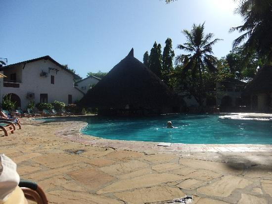 Pinewood Beach Resort & Spa: The pool - middle of the day!
