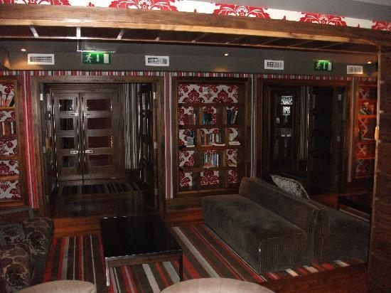 Maritime Hotel : Library