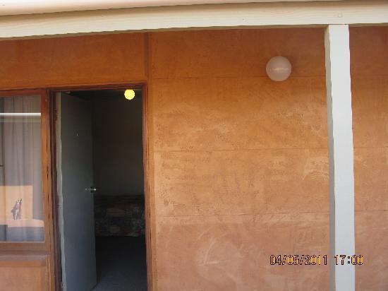 Mud Hut Motel : outside room