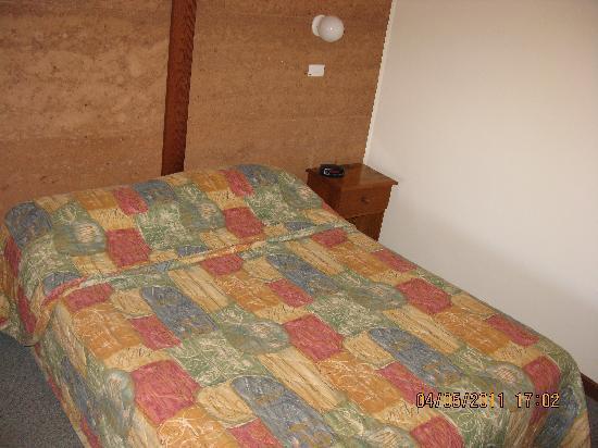 Mud Hut Motel: Bed
