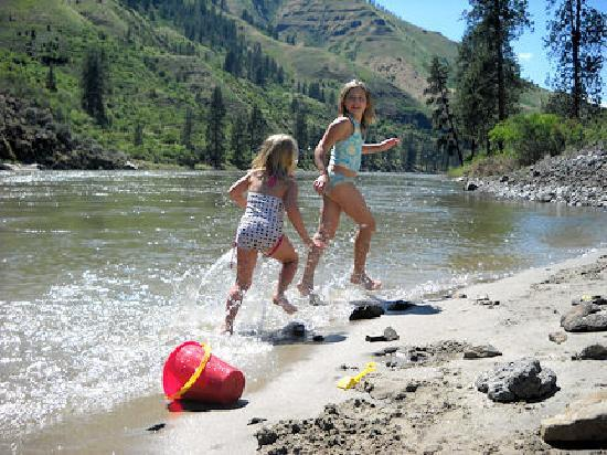 Whitebird Summit Lodge: Play on white sandy beaches on the Salmon river minutes from the lodge