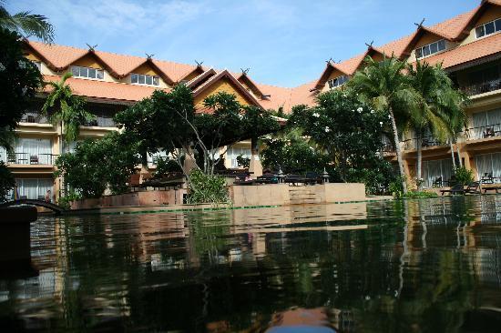 Villa Thongbura: part of the pool