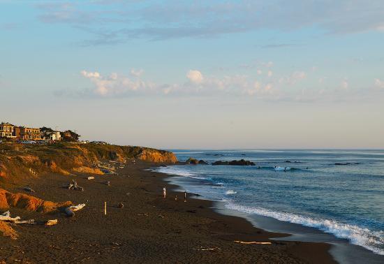 Sand Pebbles Inn: Moonstone Beach