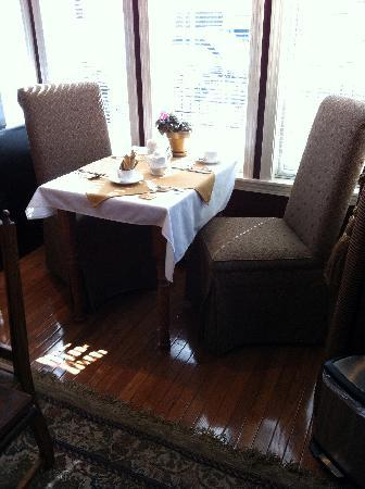 Beacon Inn at Sidney: Window table in the breakfast room