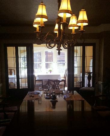 The Leonard at Logan House Bed and Breakfast: Breakfast is served in the dining room or in the breakfast nook.