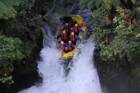 Raftabout Rotorua: Over the 7m falls we gooooooooooo...
