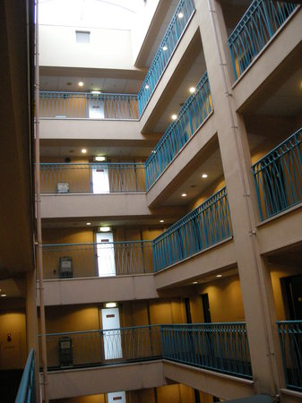Hotel Villa Fontaine Nihombashi Hakozaki: Hotel atrium with glass roof, rooms at side