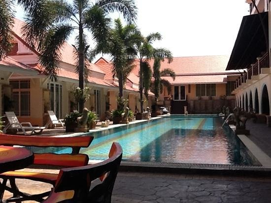 D Varee Xpress Hillside Hua Hin: Neat pool, but sun chairs only for groundlevel tenants :-(