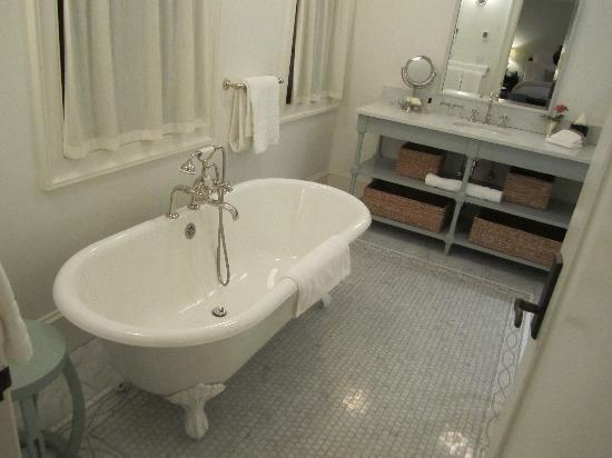 Bedford, Estado de Nueva York: Huge bathroom