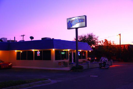 Goose Creek, Carolina Selatan: Sapphires Sports Bar and Grill at sunset.