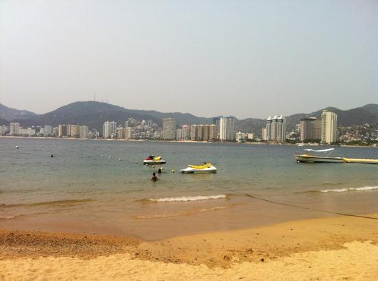 Park Royal Acapulco: Vista del Puerto de Acapulco desde la playa privada de Park Royal