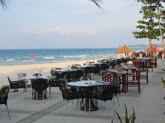 Bintan Lagoon Resort: Beach outside resort