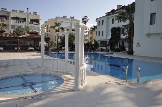 Oykun Otel: Pool Area