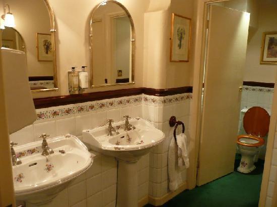 Castle Combe Village: Pub bathroom