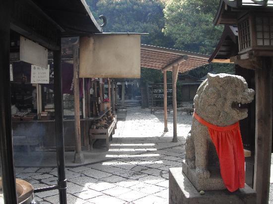 Ugafuku Shrine ( Goddess of Money Washing): 右へ抜けると佐助稲荷神社へ