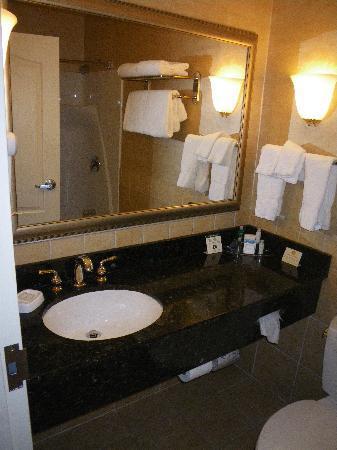 Best Western Plus Vineyard Inn & Suites: Very nice but small bathroom
