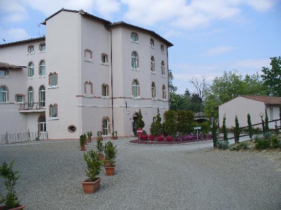 Hotel Certaldo : l'entrata del hotel con parcheggio