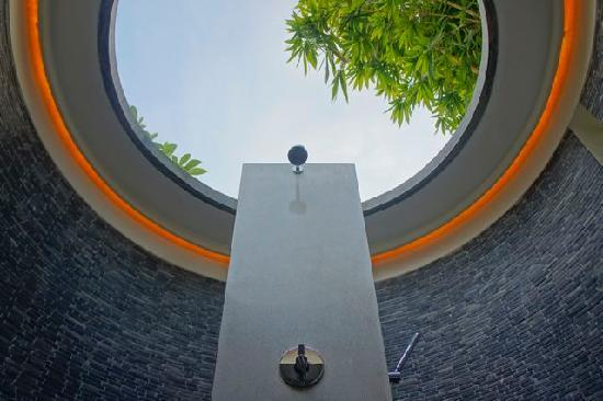The Purist Villas and Spa : open-air shower