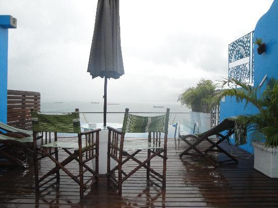 Aram Yami Hotel: Mesinhas aconchegantes completam o clima romântico e acolhedor da piscina
