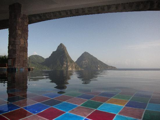 Jade Mountain Resort: Great view of the Pitons and pool