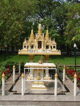 Vimanmek Mansion: Grassed garden area with small shrine