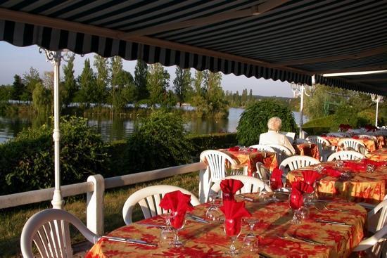 Logis Hôtel des Lacs : hotel comfort et le restaurant la soupeire du lac