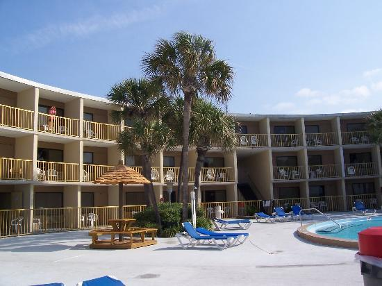 Chateau Motel : view of motel from the beach side