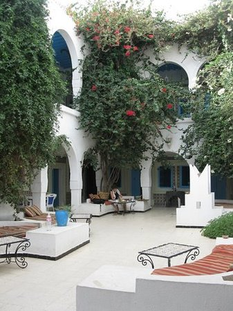 Djerba-Erriadh: The bougainvillea filled courtyard