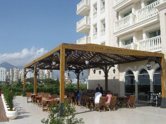 Crowne Plaza Hotel Antalya: Covered area near the pool