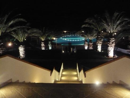 Mitsis Rinela Beach Resort & Spa : бассейн вечером