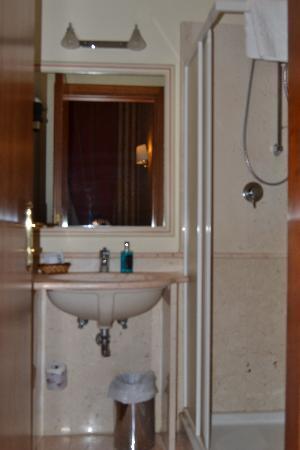 Hotel Invictus Roma : Baño habitacion individual